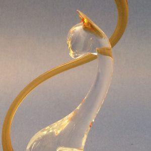 Verrerie d'art animalière - Sculpture chat ambre en verre - Chat en verre assis sur support bombé en verre - Oreilles et queue en verre ambre - Corps translucide - Rhénald Lecomte - Art Verrier