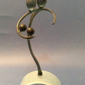La famille - Sculpture de l'émotion aux lignes épurées sur socle verre - Création d'art en verre gris - Rhénald Lecomte - Art Verrier
