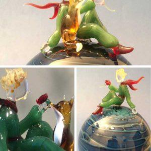 Verrerie d'art et sculptures poétiques à poser - Sculptures en verre le Petit Prince sur sa planète - Personnage sculpté au chalumeau - Planète en verre soufflé dominante bleue - Rhénald Lecomte - Art Verrier