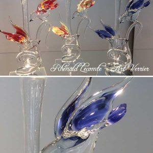 Vase décoratif et verrerie d'art ornithologique - Couples d'oiseaux en verre plein sur vase décoratif - Ailes en verre de couleur - Corps transparent - Rhénald Lecomte - Art Verrier