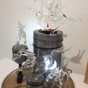 Pièce unique - Sculpture animalière atypique - Montée en puissance - Décoration d'art à poser -Sculpture bimatière verre et métal composée de 5 chevaux montés sur des pistons en métal - Recycl'Art et collaboration Art Verrier - Atelier 1110
