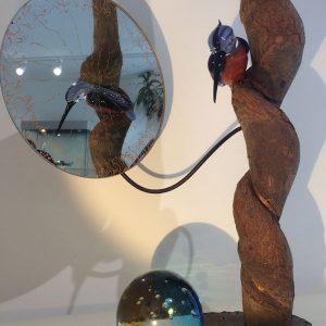 Pièce unique - Sculpture animalière atypique - Observation et réflexion - Martin-pêcheur en verre sur pièce de bois travaillée avec miroir - Collaboration Art Verrier - Atelier 1110