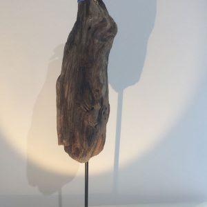 Pièce unique - Le Guetteur - Martin-pêcheur en verre bleu et transparent en position d'affût sur une pièce de bois - Recycl'Art et collaboration Art Verrier - Atelier 1110